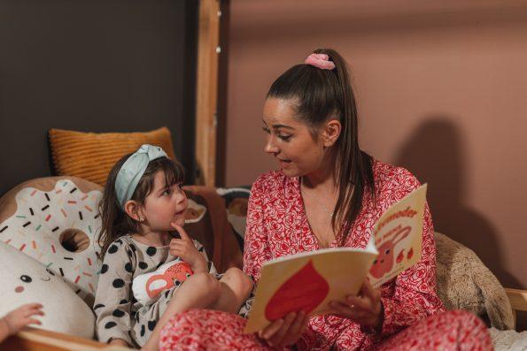 Mamma och Barn med bok Liv Livmoder
