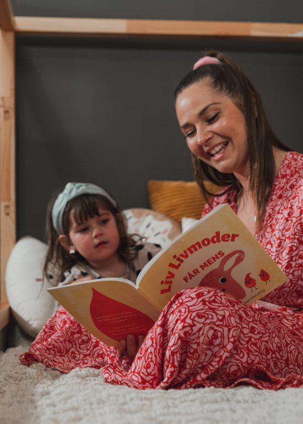 Mamma och Barn läser boken Liv Livmoder 5